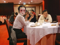 Femme masquée dans un restaurant à Kuala-Lumpur. Daniel Fohr.