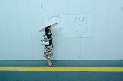 Une femme dans la rue à Osaka. Daniel Fohr.