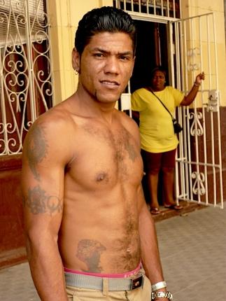 Homme tatoué à La Havane. daniel Fohr