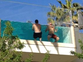 deux hommes dans une piscine transparente à Las Vegas