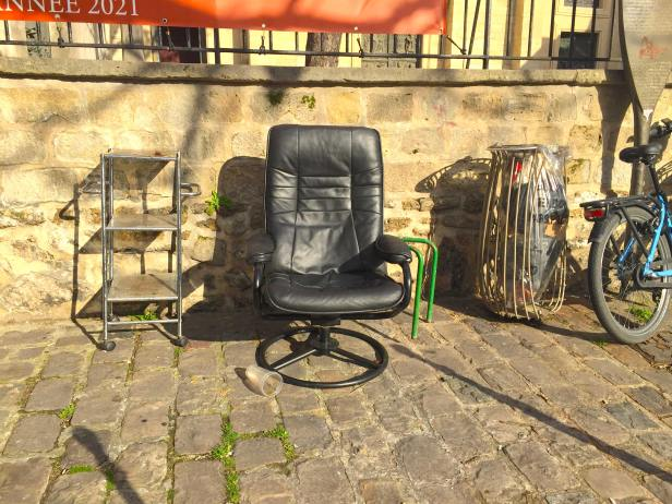chaise abandonnée à Paris